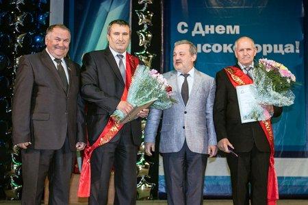 Председатель профкома Владимир Щетников, почетный высокогорец Сергей Жбанов, генеральный директор Андрей Лунегов, почетный высокогорец Александр Задыхин.