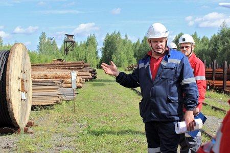 Электромеханик Алексей Попков рассказывает о работе на открытой площадке.