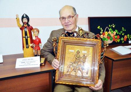 Валентин Тамбовцев со своими работами.