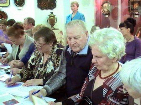 Пенсионеры составляют генеалогическое древо.