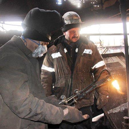 Вячеслав Петровский и Владимир Черепанов из ЦРО устанавливают вал-эксцентрик.