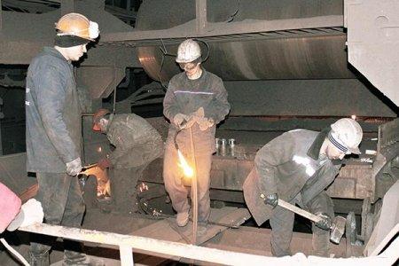 Подрядчики из ООО «ТагМаш» меняют оси и ролики приводной звездочки.