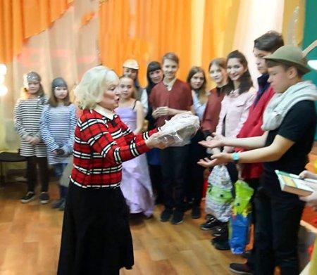Валентина Плехневич подарила школьному музею бабушкину прялку.