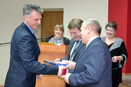 Награду получает Сергей Приходько.