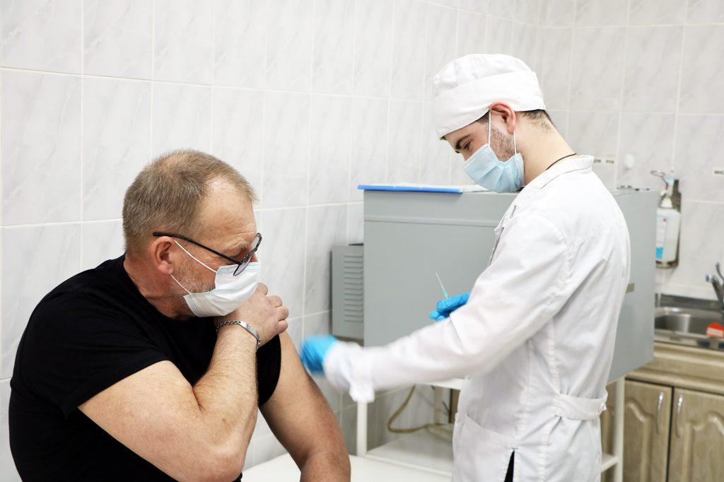 Слесарь Сергей Глухов на прививке.