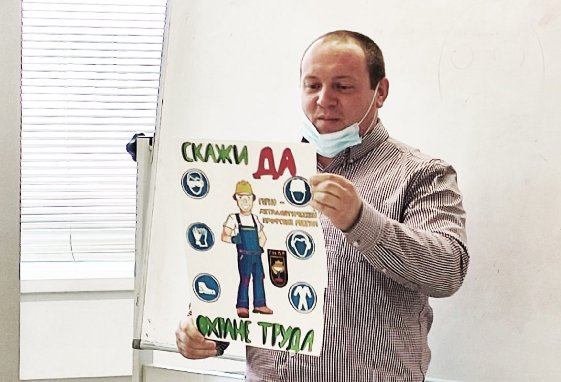 Алексей Чумаков презентует плакат.