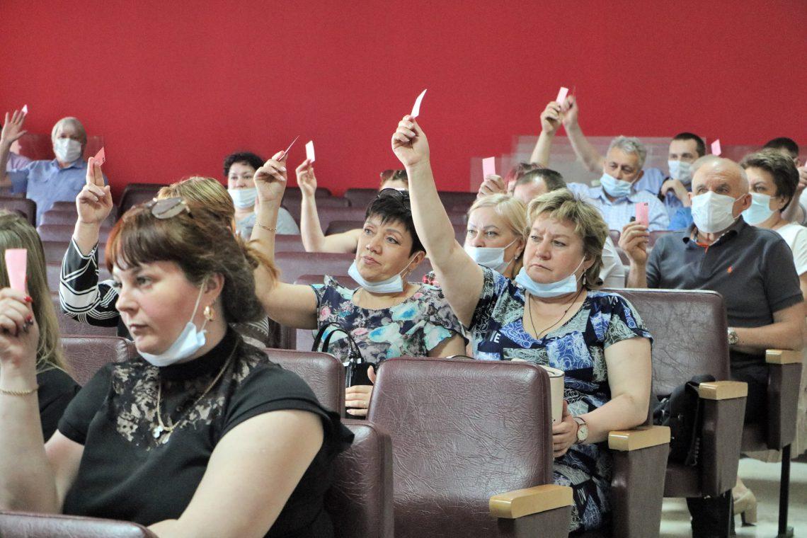 Делегаты конференции принимают решение.