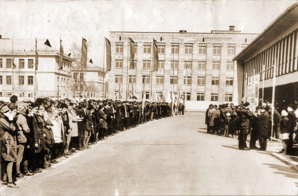 Эстафета наприз газеты «Высокогорский горняк». Построение уДК «Юбилейный». 1976год.